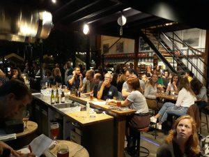 Aandachtige deelnemers bij pubquiz Werkspoorcafé de Leckere